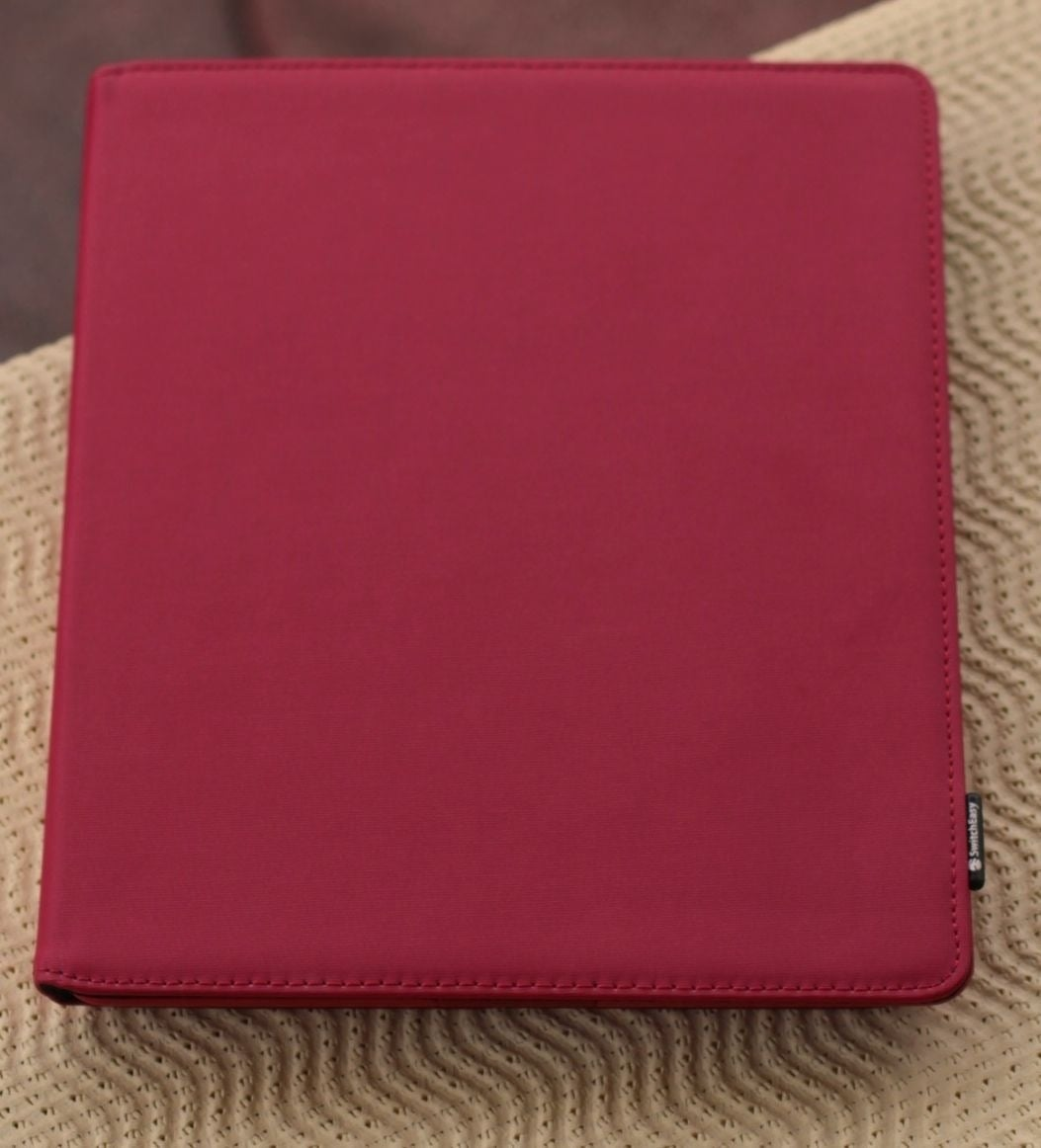 Geschlossene Switcheasy Canvas iPad-Hülle rot