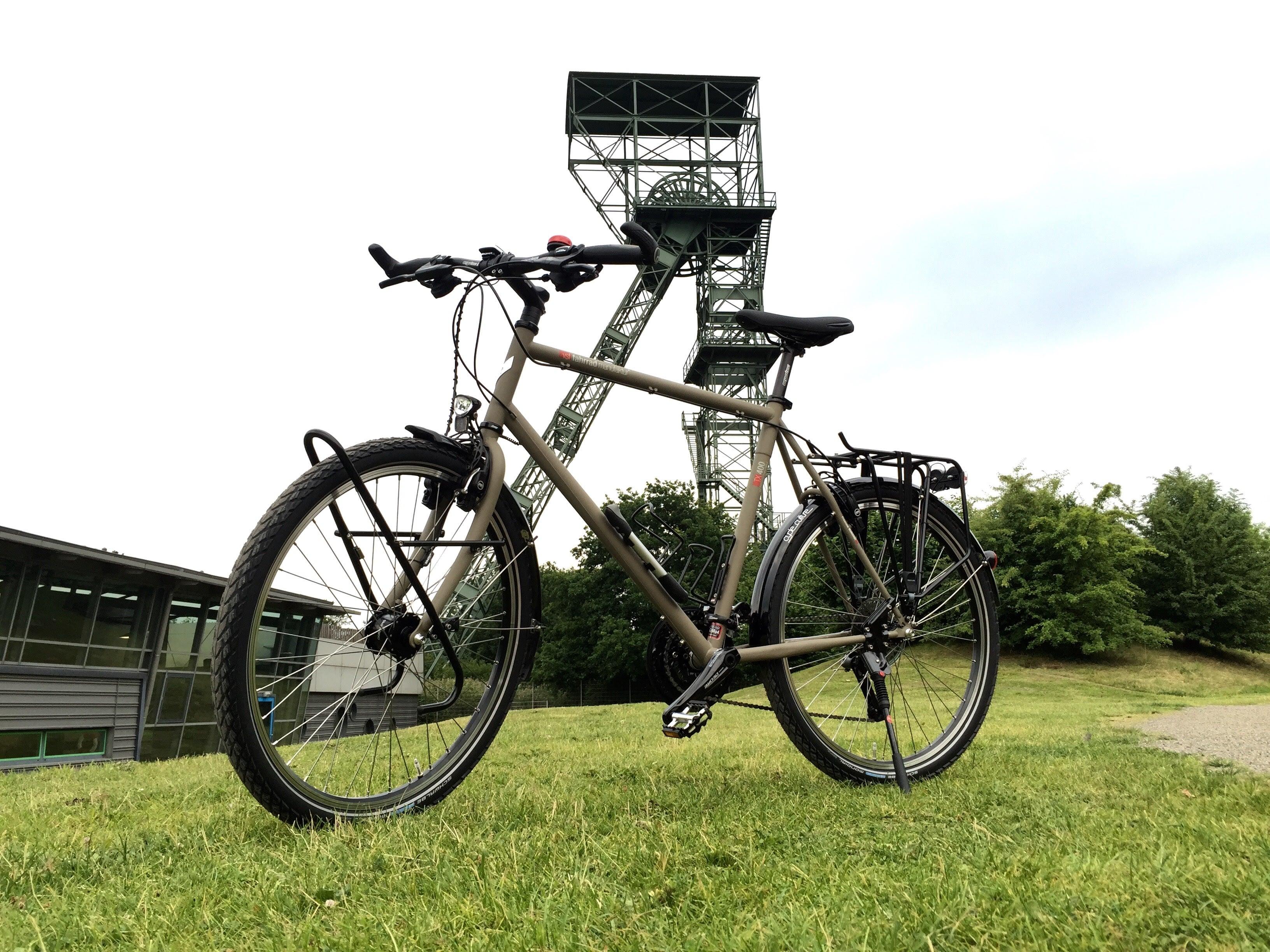Fahrrad vor Duisburg Ruhrgebietskulisse mit Förderturm
