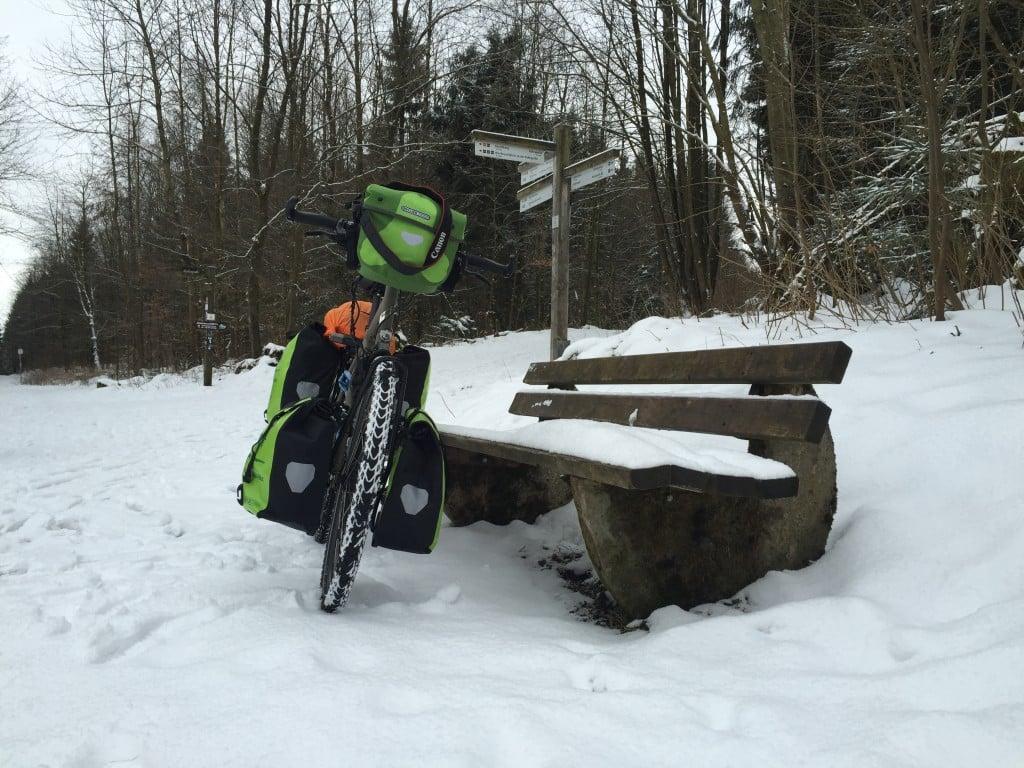 Bepacktes Rad im Schnee