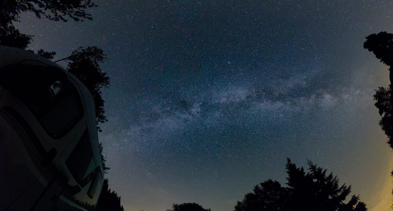 Milchstraßenpanorama schräg nach oben im Schwarzwald