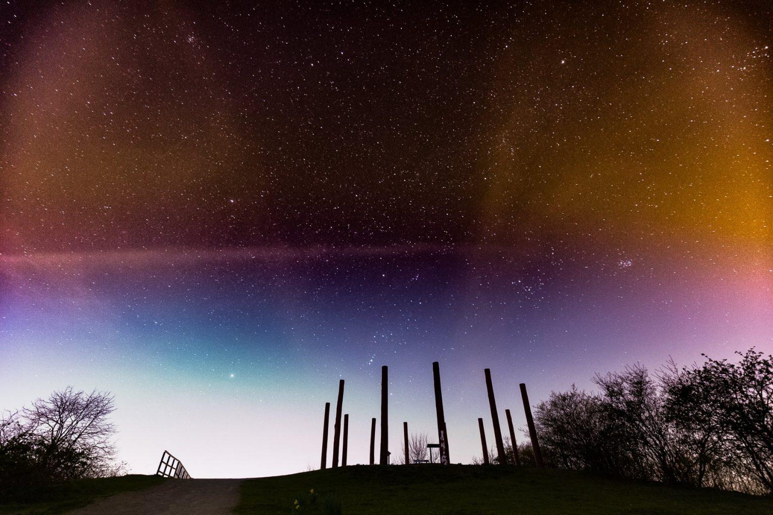 Sternenhimmel über den Totempfählen im Duisburger Landschaftspark Nord
